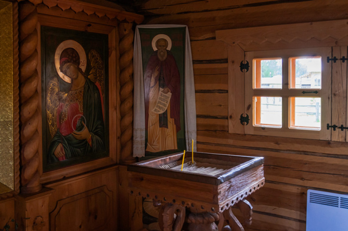 Иконы и внутренний интерьер храма во имя Покрова Пресвятой Богородицы.