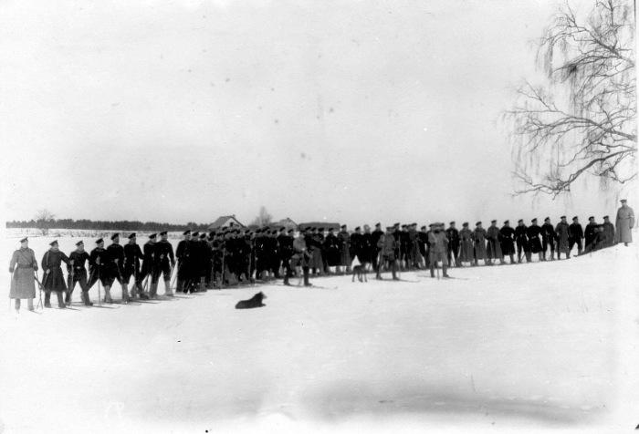 Офицеры и рядовые лейб-гвардии Финляндского полка на лыжах во время учений в отряде пограничной стражи. Россия, 1908 год.
