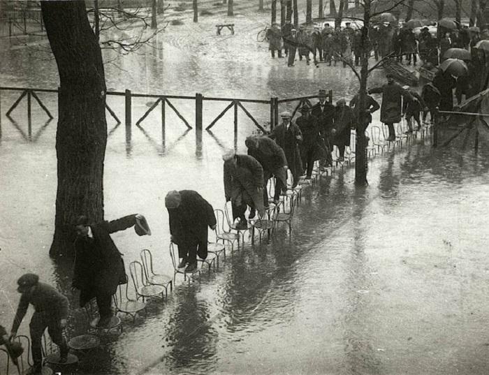 Во время наводнения парижане передвигались по городу при помощи стульев. Франция, 1924 год.