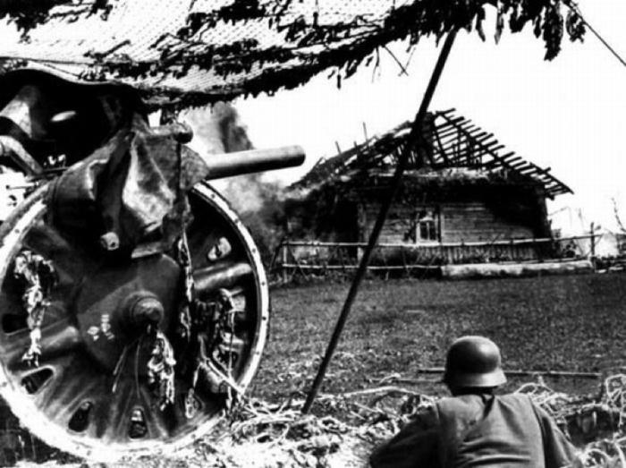 Замаскированное немецкое артиллерийское орудие в районе Смоленска в 1941 году.