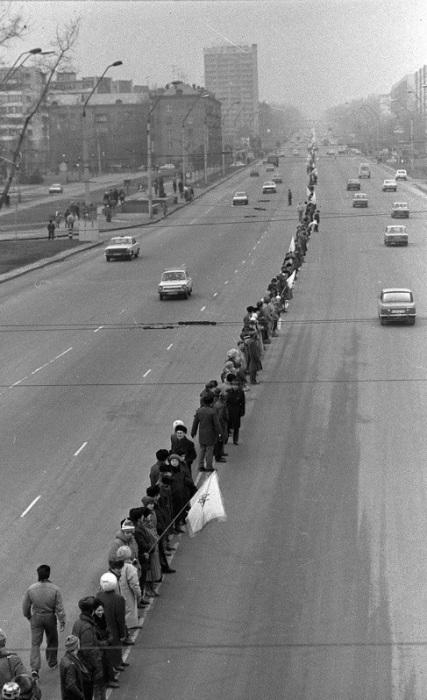 Живая цепь на улицах Киева по случаю празднования исторического Акта Соборности Украины. СССР, Киев, 22 января 1990 год.