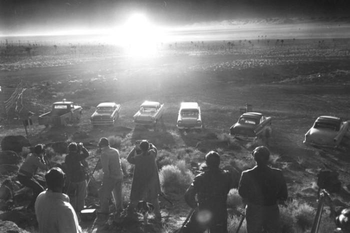 Репортеры наблюдают ядерный взрыв во время операции Пламбоб. 24 июня, 1957 год.