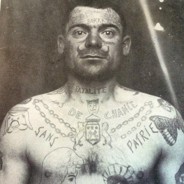 Заключенный французской тюрьмы в 1900-е годы. Татуировка в виде усов набивалась в знак протеста против администрации.