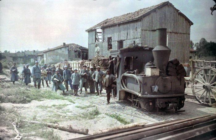 Мини-поезд, который подвозил провизию и боеприпасы к линии фронта в 1917 году.