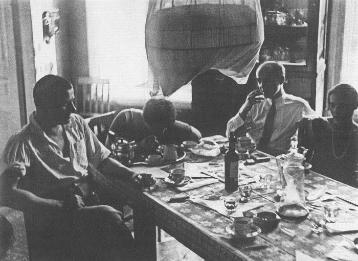 Утро в квартире Владимира Маяковского и Бриков в Гендриковом переулке, 1926 год. Слева направо: Владимир Маяковский, Варвара Степанова, Осип Бескин, Лиля Брик.