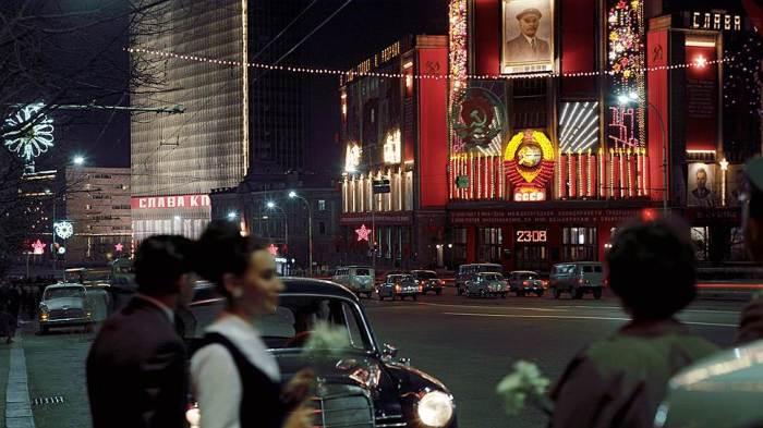 Праздничное оформление на улице Горького в Москве в Международный День солидарности трудящихся в 1969 году.