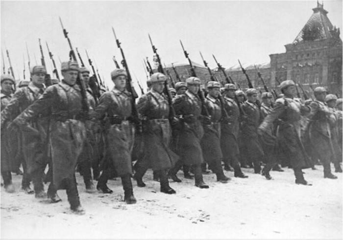 Бойцы уходили прямо на фронт, который был всего в нескольких километрах, 07 ноября 1941 года.