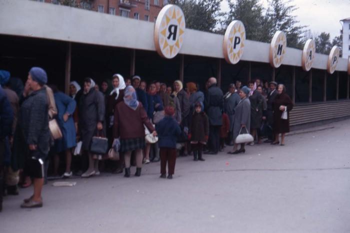 Большая очередь на рынке. СССР, Иркутская область, 1969 год.