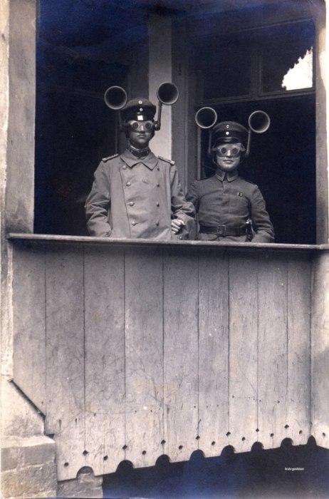 Эти устройства времён Первой мировой войны назывались звукоуловителями и предназначались для определения по звуку, с какой стороны появится противник.