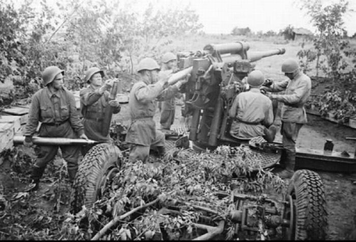 Зенитное орудие бьет прямой наводкой по немецким танкам в 1941 году.