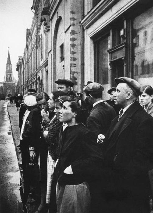 Москвичи слушают речь В.М. Молотова о начале Великой Отечественной войны.