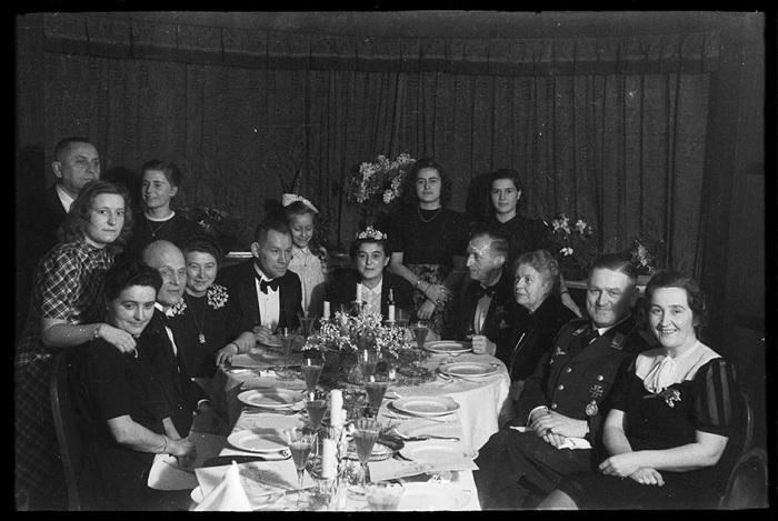 Неизвестные фотографии беззаботной жизни в разгар Второй Мировой войны .