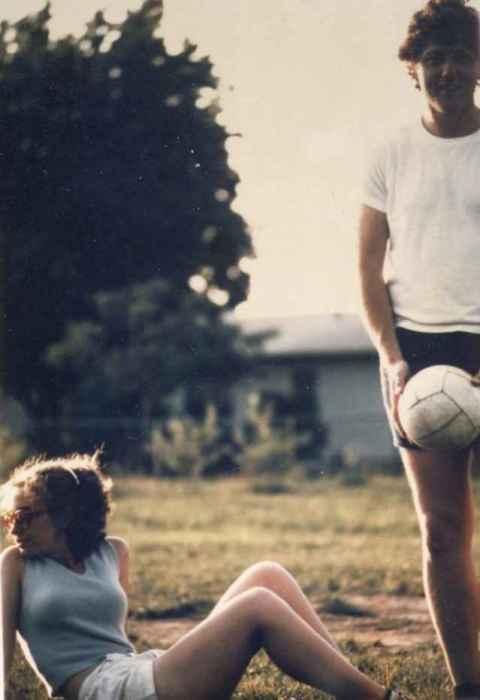 Билл Клинтон и Хиллари Клинтон играют в волейбол в 1971 году.