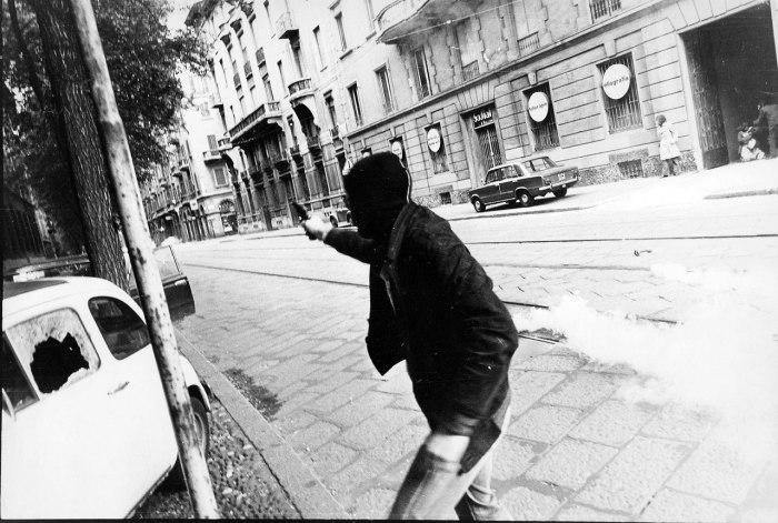Боевик организации Вооружённые пролетарии за коммунизм ведёт огонь по сотрудникам МВД Италии в городе Милан. Осень 1977 года.