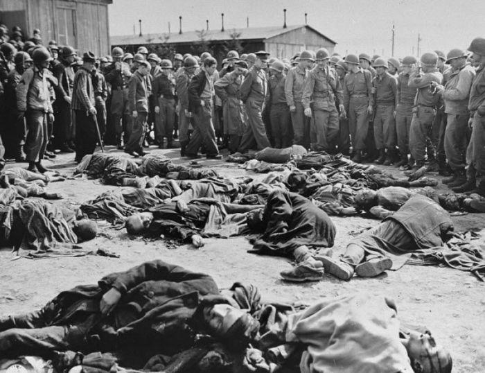 Генерал Дуайт Эйзенхауэр и другие американские офицеры в концлагере Ордруф, вскоре после освобождения лагеря в апреле 1945 года.