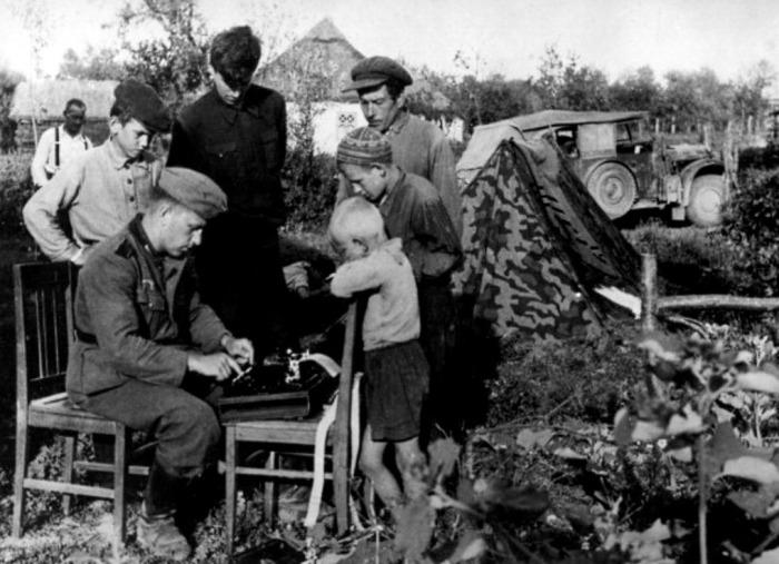 Запись показаний допрашиваемых. СССР, Западная Украина, 1942 год.