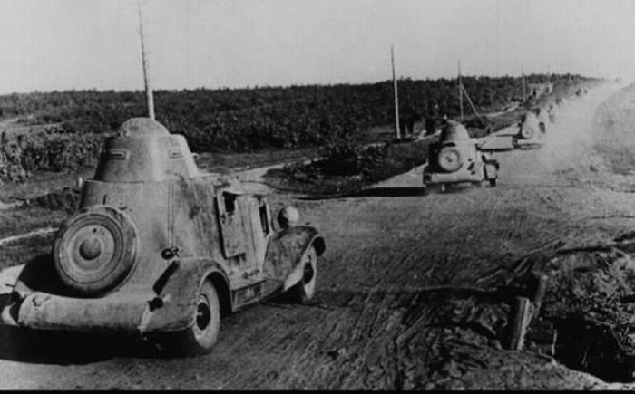 Колонна бронеавтомобилей БА-20М выдвигается на боевые позиции в августе 1941 года.