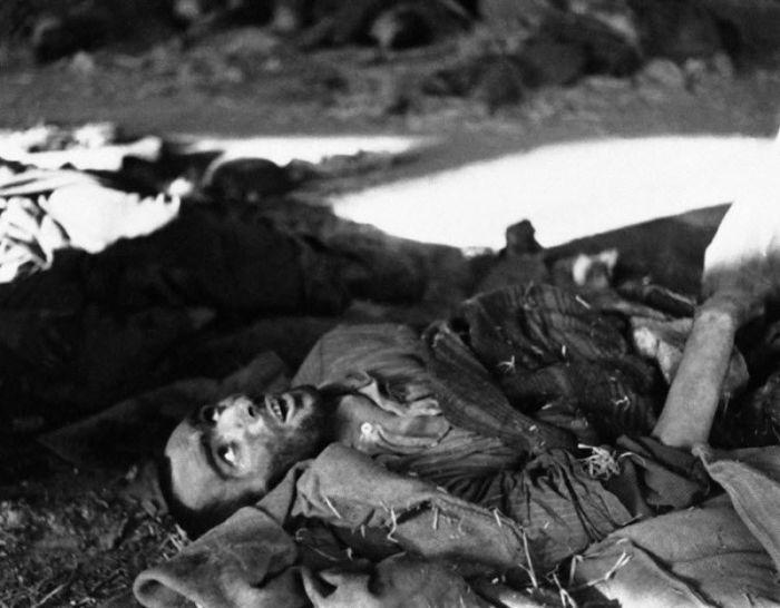 Умирающий заключенный в концентрационном лагере Нордхаузен в Германии 18 апреля 1945 года.