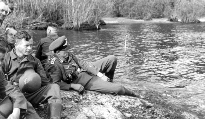 Немецкие солдаты и офицеры на отдыхе. СССР, Западная Украина, 1942 год.