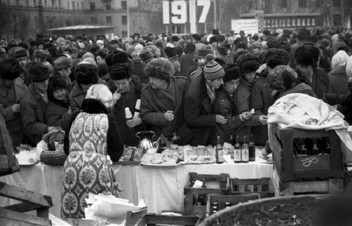 Уникальные фотографии о жизни советских людей, сделанные известным фотографом Владимиром Соколаевым  в 1980-х годах .