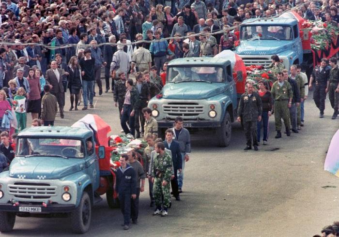 Похоронная процессия жертв переворота перед Белым домом в Москве. 24 августе 1991 год.