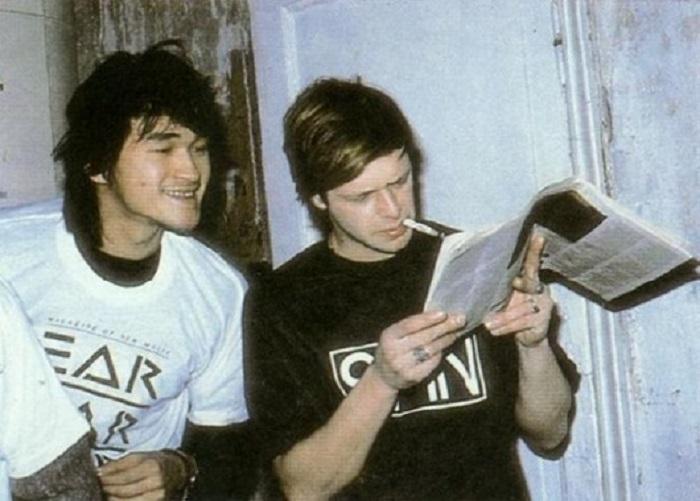 Виктор Цой и Борис Гребенщиков читают западный рок-журнал в 1986 году.