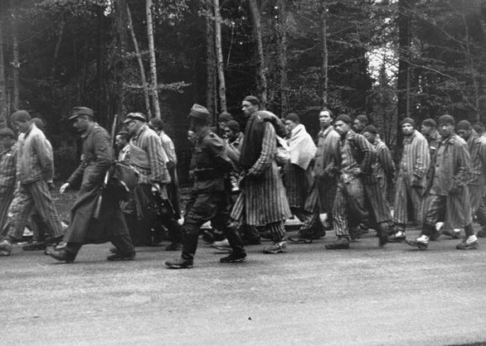 Заключенные на марше смерти из Дахау двигаются в южном направлении вглубь территории Германии.