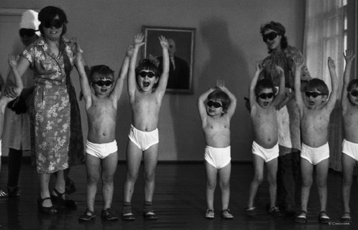 Процесс обработки тела человека ультрафиолетовым излучением кварцевой или бактерицидной лампы. СССР, Детский дом на улице Суворова, 22 января 1981 года.