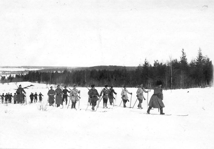 Группа солдат и офицеров лейб-гвардии Семеновского полка на лыжах во время учений в 1908 году.