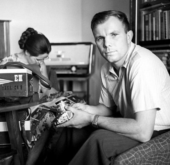 Юрий Гагарин с женой Валентиной у себя дома. Москва, 1 мая 1963 года.