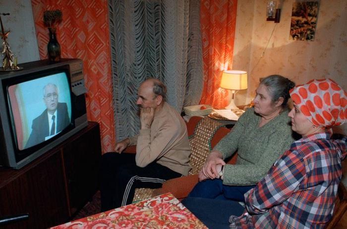 Московская семья слушает выступление по советскому телевидению президента СССР Михаила Горбачева. 25 декабря 1991.