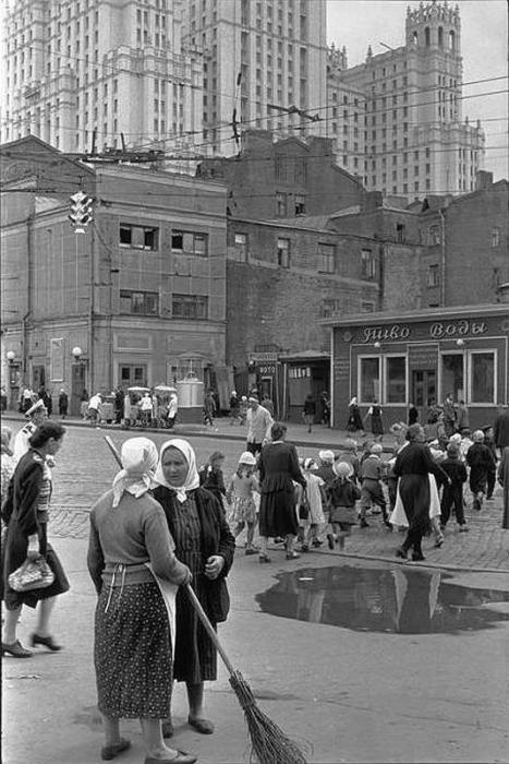 Уборка улиц в центре города. СССР, Москва, 1954 год.
