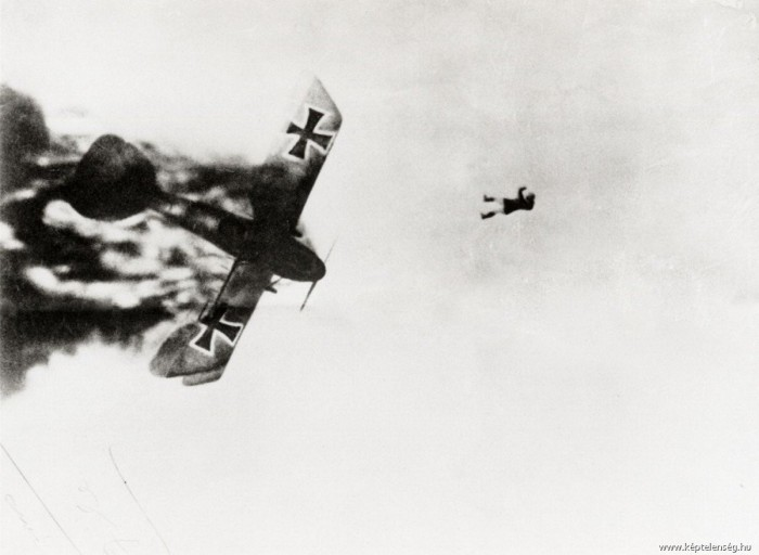 Первая Мировая война, парашютов тогда ещё не было.