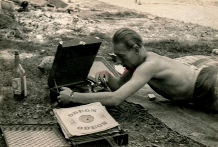 Немецкие солдаты выпивают и слушают музыку на отдыхе. СССР, Западная Украина, 1942 год.