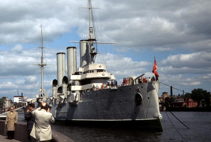 Крейсер Аврора, стоящий на якоре в порту. СССР, Ленинград, 1977 год.