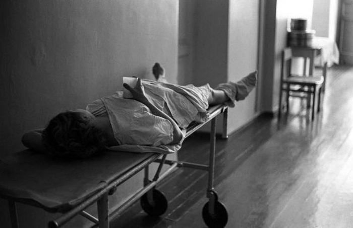 Пациентка в коридоре в 1-ом клиническом роддоме. СССР, Новокузнецк, Сибирь, 1981 год.