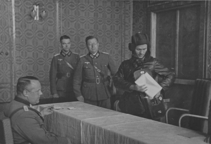 Батальонный комиссар В.Ю. Боровицкий 29-й отдельной танковой бригады на переговорах с немецким офицерами в Бресте. Польша, 20 сентября 1939 года.
