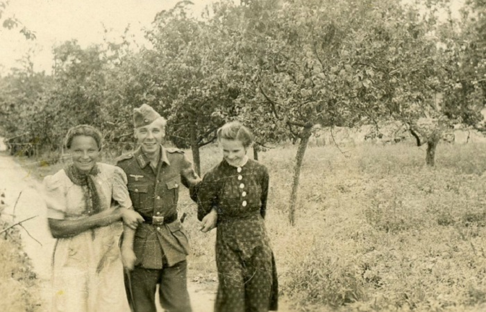 Оккупация на фотографиях солдат вермахта.