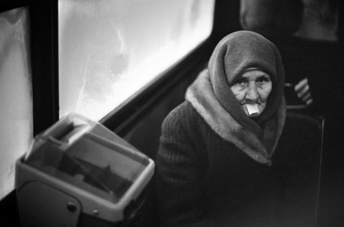 Бабушка в общественном транспорте. СССР, Новокузнецк,1980 год.
