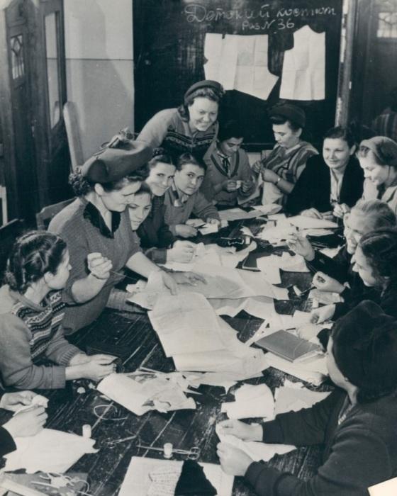 Уроки труда в швейном классе. СССР, Магнитогорск, 1957 год.
