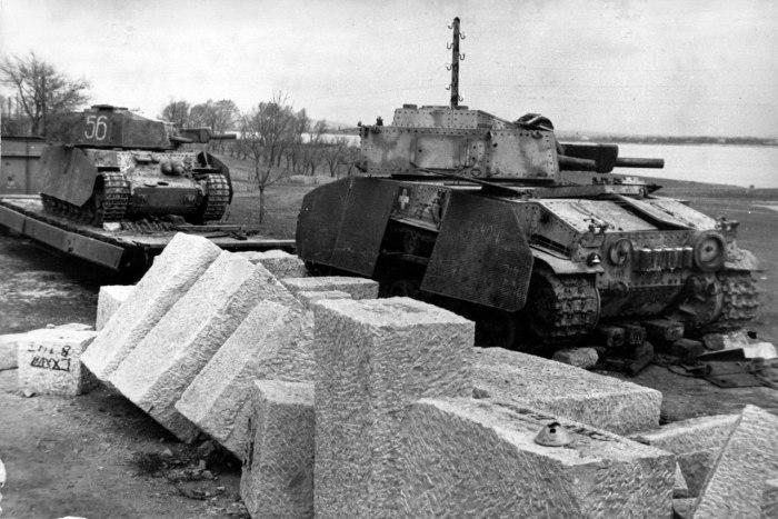 Два венгерских средних танка 40M Туран, брошенных на железнодорожной платформе недалеко от Вены. Март 1945 года. Данная модификация танка была вооружена 75-мм короткоствольной пушкой 41.М. Всего было выпущено 139 единиц танков модификации Туран II.
