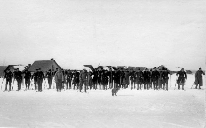 Пограничники, катающиеся на лыжах в 1908 году.