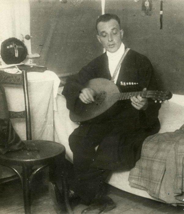 Казачий полковник, работающий в эмиграции музыкантом в берлинском кафе.
