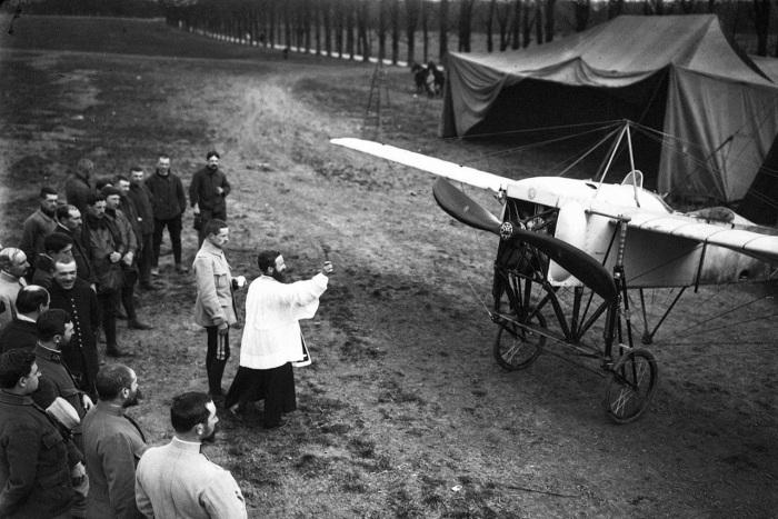 Благословение нового аэроплана перед вылетом. Франция, 1915 год.