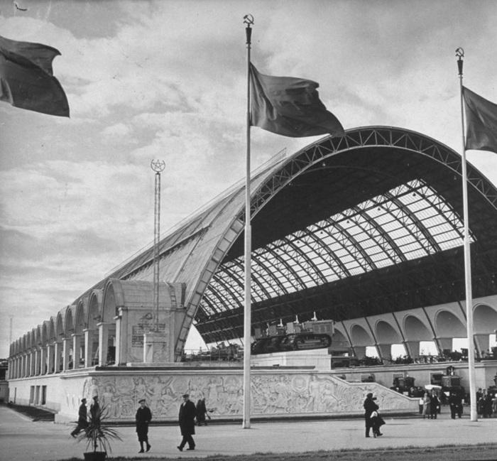 Павильон тяжелого машиностроения на выставке достижений народного хозяйства. СССР, Москва, 1941 год.