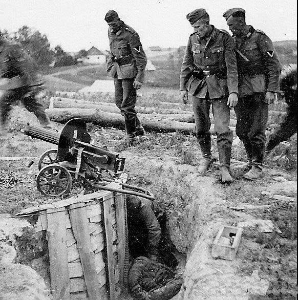 Немецкие солдаты осматривают захваченные советские позиции.