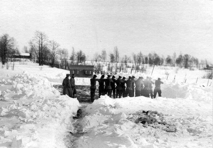 Отряд пограничников во время учебной стрельбы в 1908 году.