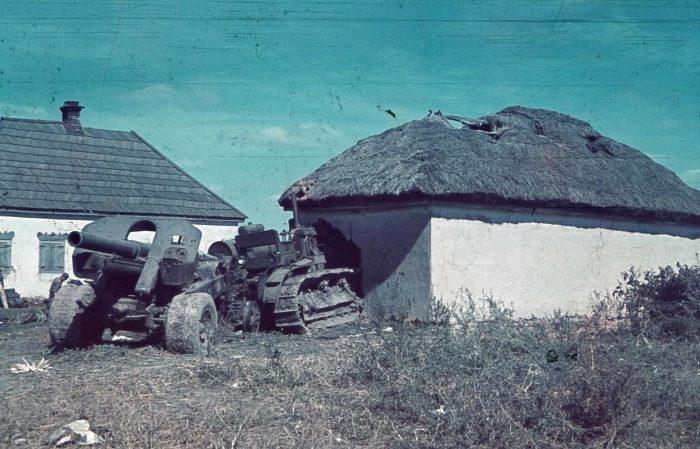 Брошенный трактор СТЗ Сталинец и ЧТЗ-60С со 152-мм гаубицей М-10 образца 1938 года на буксире в 1941 году.