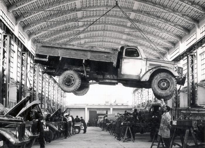 Рабочие проверяют грузовик советского производства на заводе по изготовлению шасси для автомобилей в центре Кабула.