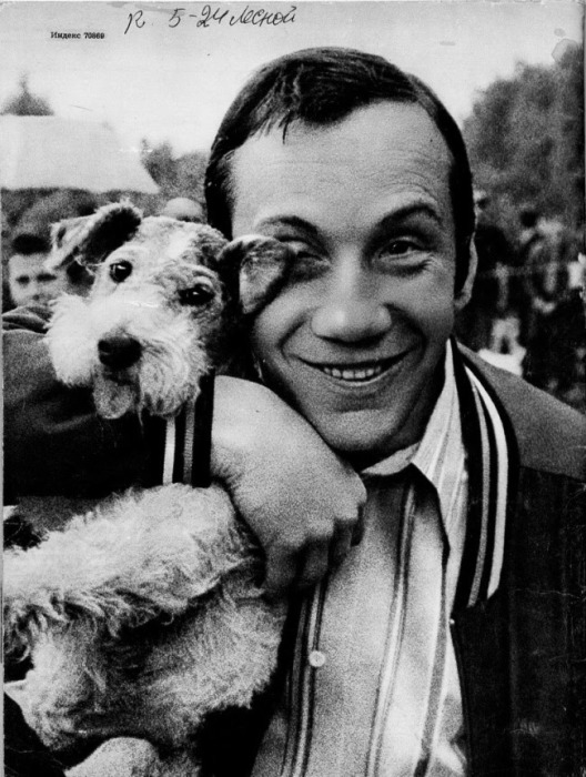Савелий Краморов держит на руках свою собаку.